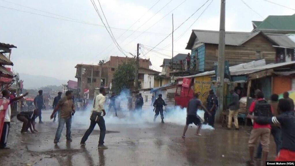 Les manifestants face à la police à Bukavu, le 21 janvier 2018. (VOA/Ernest Muhero)