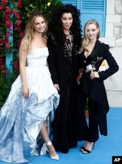 """Lily James, Amanda Seyfried y Cher en el pre-estreno de """"Mamma Mia! Here We Go Again"""" en Londres, Inglaterra. 7/16/18."""