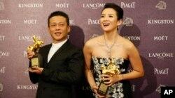 """在台湾星期天举行的电影金马奖颁奖仪式上,李康生(左)因在《郊游》中的表演获""""最佳男主角奖"""",章子怡凭借在《一代宗师》中的表演,获""""最佳女主角奖""""。"""