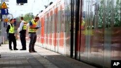 La police enquête sur le lieu d'une attaque au couteau à la station de Grafing, près de Munich, en Allemagne, 10 mai 2016.