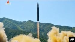 Lancement d'un ICBM Hwasong-14, testé, selon la Corée du Nord, le 4 juillet 2017. (KRT via AP Video)