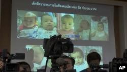 Kepolisian Thailand menampilkan foto anak-anak dari seorang pria Jepang yang dilahirkan oleh para ibu pengganti, di Chonburi, Thailand, 12 Agustus 2014. (Foto:dok)