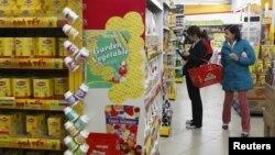 Gian hàng bánh kẹo tại một siêu thị tại Hà Nội. Nền kinh tế Việt Nam trong năm 2012 tăng trưởng ở mức chậm nhất kể từ năm 1999.