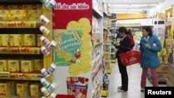 Khách hàng mua bán tại một siêu thị ở Hà Nội.