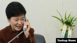 21일 서울 여의도 새누리당 당사에서 바락 오바마 미국 대통령과 전화통화를 하고 있는 박근혜 대통령 당선인.