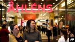 Khu mua sắm Ahlens ở Stockholm, đã hoạt động trở lại sau vụ tấn công bằng xe tải, 10/4/2017
