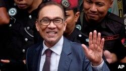 Tokoh reformis Malaysia, Anwar Ibrahim tiba di rumahnya setelah dibebaskan dari tahanan di Kuala Lumpur, Malaysia hari Rabu (16/5).