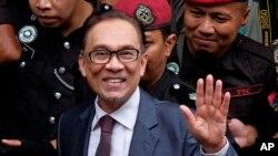 馬來西亞前副總理安華在監獄服刑3年之後﹐獲得王室特赦恢復自由。