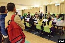 香港市民黃先生(紅色背包者)在點票站監察點票情況。(美國之音湯惠芸攝)