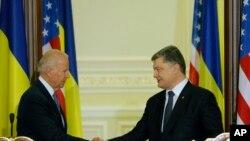 ABŞ-ın vitse-prezidenti Co Bayden Ukrayna prezidenti Petro Poroşenko ilə Kiyevdə