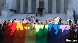 Protivnici zakona o zabrani istopolnih brakova ispred zgrade Vrhovnog suda razapeli zastavu duginih boja, zaštitni znak LGBT zajednice