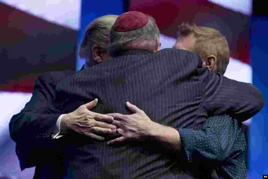 Президент США Дональд Трамп, раввин Бенджамин Сендроу и пастор Том О'Лири обнялись после совместной молитвы за упокой погибших в синагоге в Питтсбурге (AP Photo / Andrew Harnik)