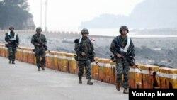 북한의 연평도 포격 사태 4주기를 사흘 앞둔 20일 인천시 옹진군 연평도에서 해병대원들이 경계작전을 수행하고 있다.