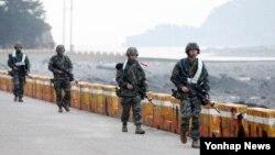북한의 연평도 포격 사태 4주기를 맞은 지난해 11월 인천시 옹진군 연평도에서 한국 해병대원들이 경계작전을 수행하고 있다. (자료사진)