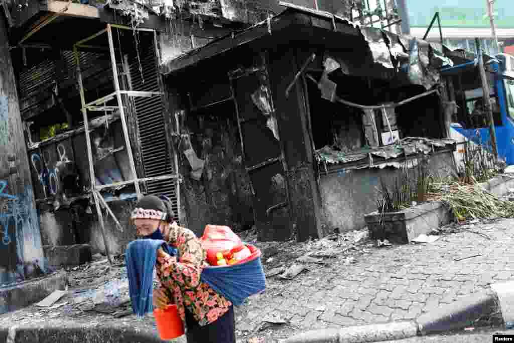 دارالحکومت جکارتہ میں صدارتی محل کے قریب مظاہرین نے احتجاج کے دوران پولیس اسٹیشن کو بھی نذر آتش کر دیا۔