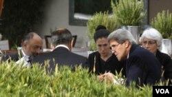 Ngoại trưởng Hoa Kỳ John Kerry họp với Ngoại trưởng Nga Sergei Lavrov sang ngày thứ 3 (14/9/2013) tại Geneve về vấn đề Syria.