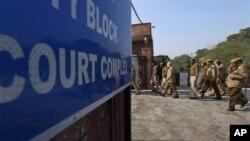Polisi India siaga melakukan penjagaan di gedung pengadilan di New Delhi, Jan. 21, 2013.