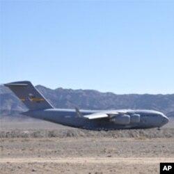 آخری امریکی طیارہ اڑان بھرتے ہوئے۔