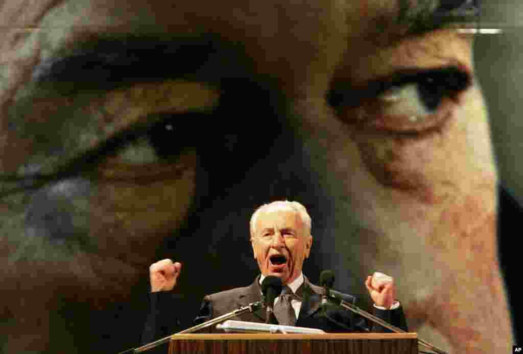 عکسی از شیمون پرز در سال ۲۰۰۵ که در یادبود همقطارش اسحاق رابین، ده سال بعد از ترور او سخنرانی می کند.