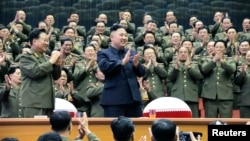 El líder norcoreano, Kim Jong-un, celebra con sus militares. Corea del Norte condiciona la reanudación de las conversaciones con Estados Unidos y Corea del Sur.