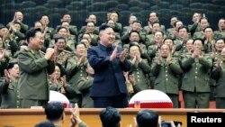 지난 16일 조선중앙통신이 공개한 사진에서 김정은 북한 국방위원회 제1위원장이 군부의 박수갈채를 받고 있다. (자료사진)