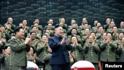 지난달 16일 평양에서 은하수 관현악단 공연을 관람한 김정은 북한 국방위 제1위원장(가운데) 박수를 치고 있다. 북한 관영 조선중앙통신 배포 사진.