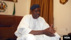 Gwamna Danbaba Suntai na Jihar Taraba, yana tattaunawa da ma'aikatan VOA Hausa kafin btaron yaki da cututtuka a Jalingo a watan Yunin 2010.