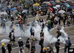 2019年6月12日,香港警方使用催淚瓦斯和高壓水槍對付數千名抗議者,這些抗議者在政府總部外反對一項極具爭議的引渡法案。