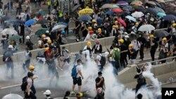 香港立法会外人山人海 警方启用催泪瓦斯和高压水枪