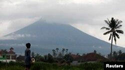 30일 인도네시아 발리 섬의 아궁 화산이 화잔재를 분출하고 있다.