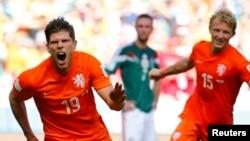 ທ້າວ Klaas-Jan Huntelaar (ຊ້າຍ ) ແລະທ້າວ Dirk Kuyt ທີມ Netherlands ດີໃຈນຳການເຕະເຂົ້າໂກນຂອງທ້າວ Huntelaar ໃນລະຫວ່າງການແຂ່ງຂັນເຕະບານໂລກ ຊີງເຂົ້າຮອບ 8 ທີມ ກັບເມັກຊິໂກ ທີ່ສະໜາມກີລາ Castelao ທີ່ເມືອງ Fortaleza, ວັນທີ 29 ມິຖຸນາ 2014.