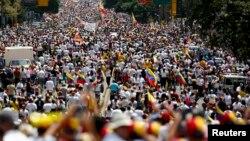 Người biểu tình 2 phe ở Caracas đối mặt nhau vào lúc Tổng thống Nicolas Madura kêu gọi đối thoại hòa bình vào thứ Tư tới.