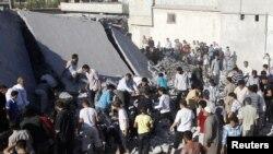 Cư dân tìm kiếm các thi thể dưới đống đổ nát của một ngôi nhà bị phá hủy bởi một vụ pháo kích vào làng Tel Rafat, khoảng 37 km về phía bắc thành phố Aleppo, ngày 8/8/2012