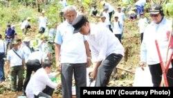 Penanaman pohon oleh Presiden Jokowi dalam Hari Menanam Pohon di Gunungkidul di Yogyakarta, Sabtu, 9 Desember 2017. (Foto: Pemda DIY)
