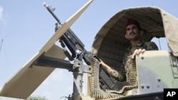 Anggota Tentara Nasional Afghanistan berjaga-jaga dalam kendaraannya di Kamp Khogyani di provinsi Nangarhar, sebelah timur Kabul, tempat para pendukung ISIS (5/8).