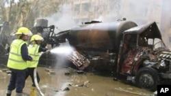 消防員清理被燒焦車輛。