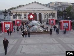 阅兵前的5月8日,莫斯科红场旁的马涅日广场装饰着一批苏军高级将领的画像。(美国之音白桦 拍摄)