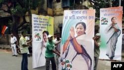 Các ủng hộ viên đảng Quốc Ðại Trinamool dựng các bức ảnh của bà Mamata Banerjee, nhà lãnh đạo đảng này