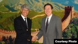 前香港金管局總裁任志剛(左)於2003年與中國央行行長周小川合影(香港金管局)