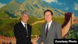 中国央行行长周小川(右侧)2003年会见香港金管局总裁任志刚(左) (香港金管局照片)