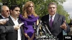 """De izquierda a derecha, el productor musical Emilio Estefan; el conductor de radio Eddie """"Piolin"""" Sotelo; la conductora de TV Lili Estefan, y Don Francisco, tras reunirse con Obama."""