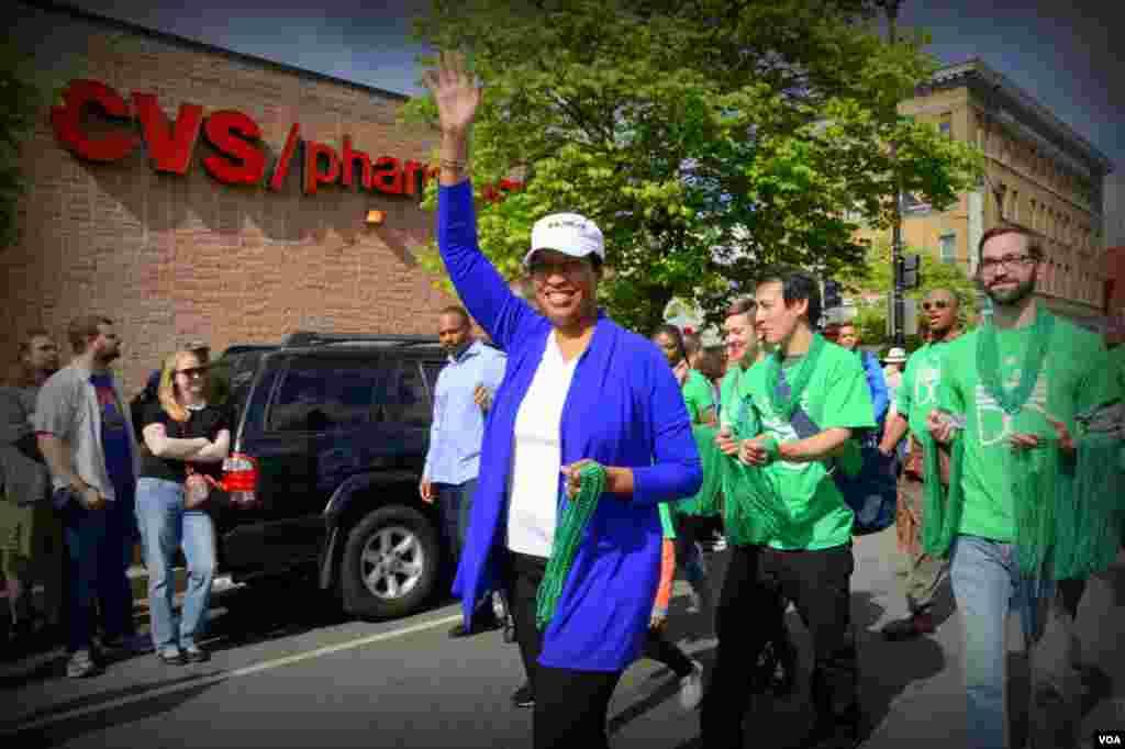 Мэр Вашингтона Мюриэл Баузер приветствует горожан (она против употребления наркотиков в барах и ресторанах, так как это противоречит закону) 11 Джаз-банд. Трубач