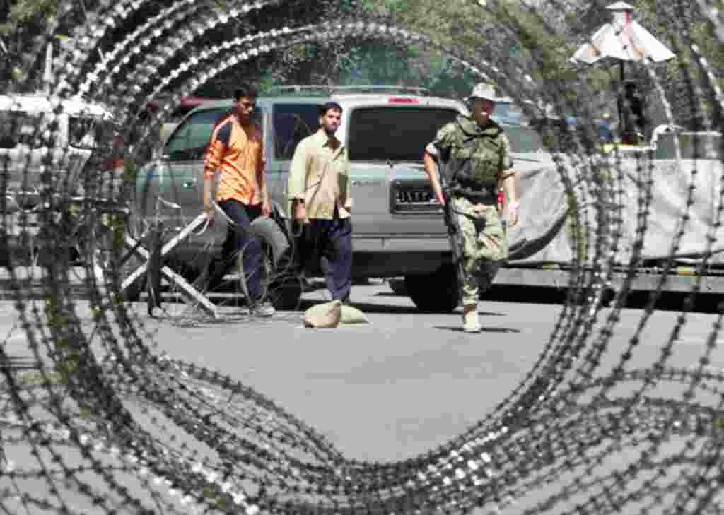 ۸ اوت ۲۰۰۳- ناتو مسئولیت های امنیتی در داخل و اطراف کابل را، که نخستین تعهد آن در خارج از اروپا است، برعهده می گیرد. این اقدام نقش رهبری کننده ای به ناتو در نیروی بین المللی کمک امنیتی سازمان ملل متحد، معروف به آیساف، می دهد.