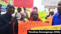 Bakari Tanja (à gauche) animant la manifestation des Mauritaniens à New York le 23 septembre 2016