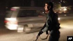 Un policier afghan près de l'hôtel Inter Continental de Kaboul