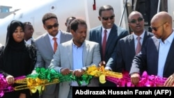 Inauguration du premier vol commercial de la compagnie éthiopienne National Airways reliant Addis-Abeba à Mogadiscio en présence d'Abdirahman Omar Osman, le maire de Mogadiscio (3è G) et Abera Lemi (3è D), le PDG d'Ethiopian National Airways à l'aéroport international Aden Abdulle Mogadiscio, le 13 octobre 2018.