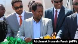 Abdirahman Omar Osman, maire de Mogadiscio, au centre, blessé dans l'attentat de mercredi