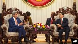 2016年1月25日美国国务卿克里(左)与老挝总理坦马冯举行会谈。
