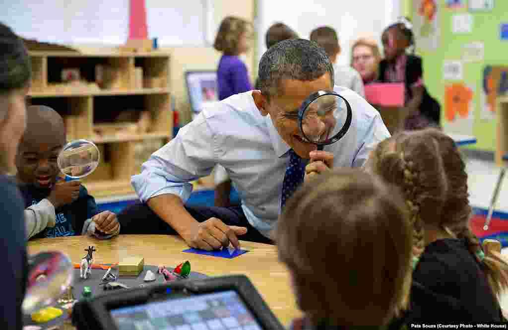 """""""Le président américain adore être entouré d'enfants"""", explique son photographe, ici dans une école maternelle en Géorgie, le 14 février 2013."""