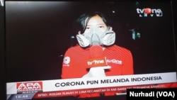 Reporter televisi yang memakai respirator dan sempat diperbincangkan warganet. (Foto:VOA/ Nurhadi)